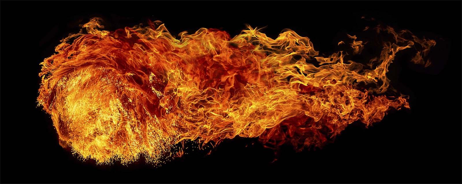 Flamme vor schwarzem Hintergrund Schiesskino Rudolph